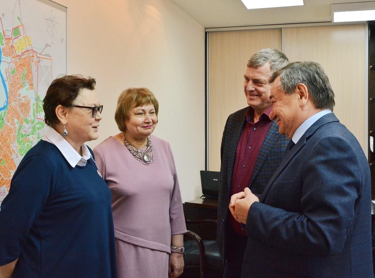 В администрации города поздравили Надежду Суханову и Марину Качан с Днём работника культуры России (1)