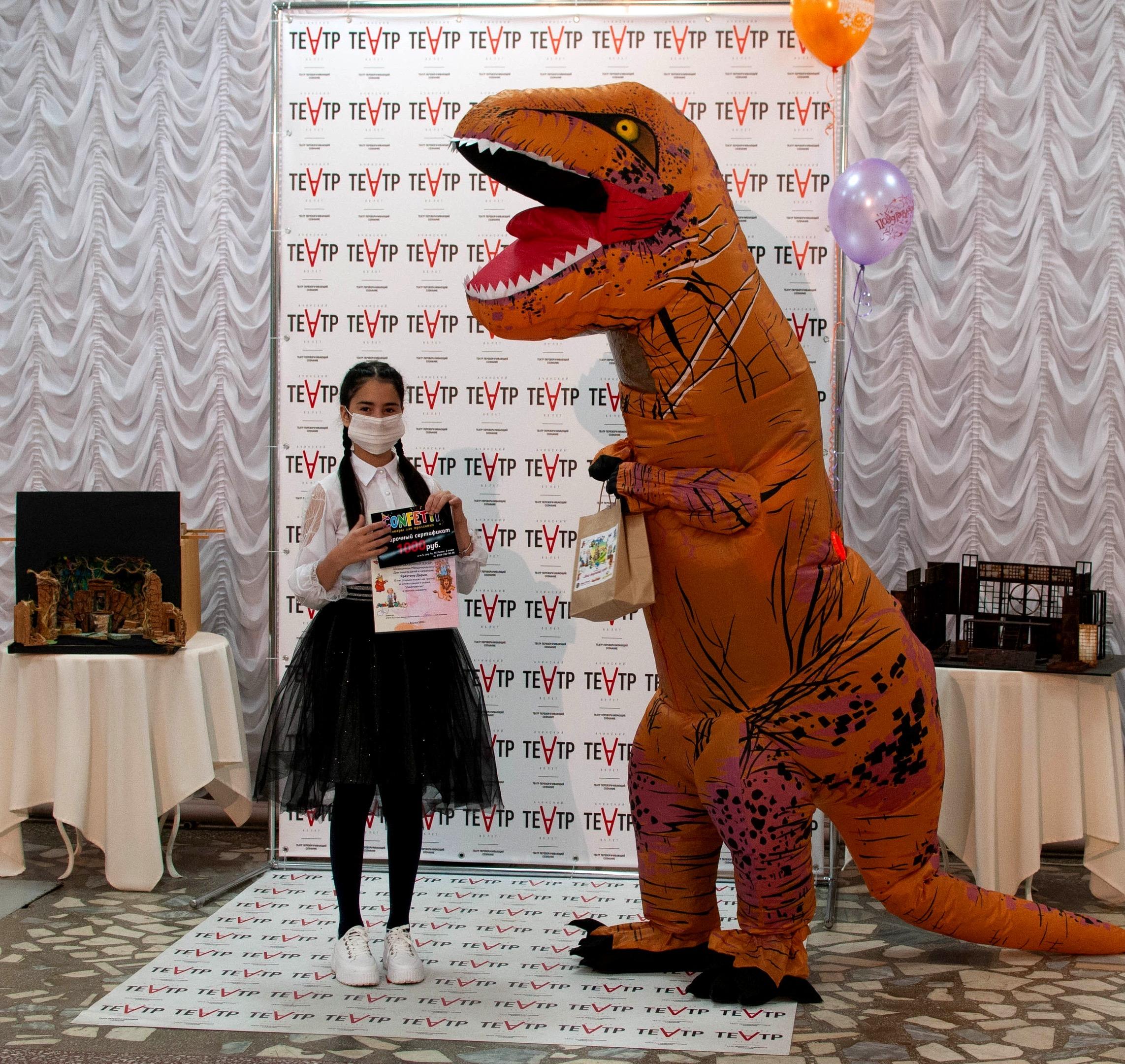 Ачинский драматический театр вручает подарки победителям детского конкурса 10