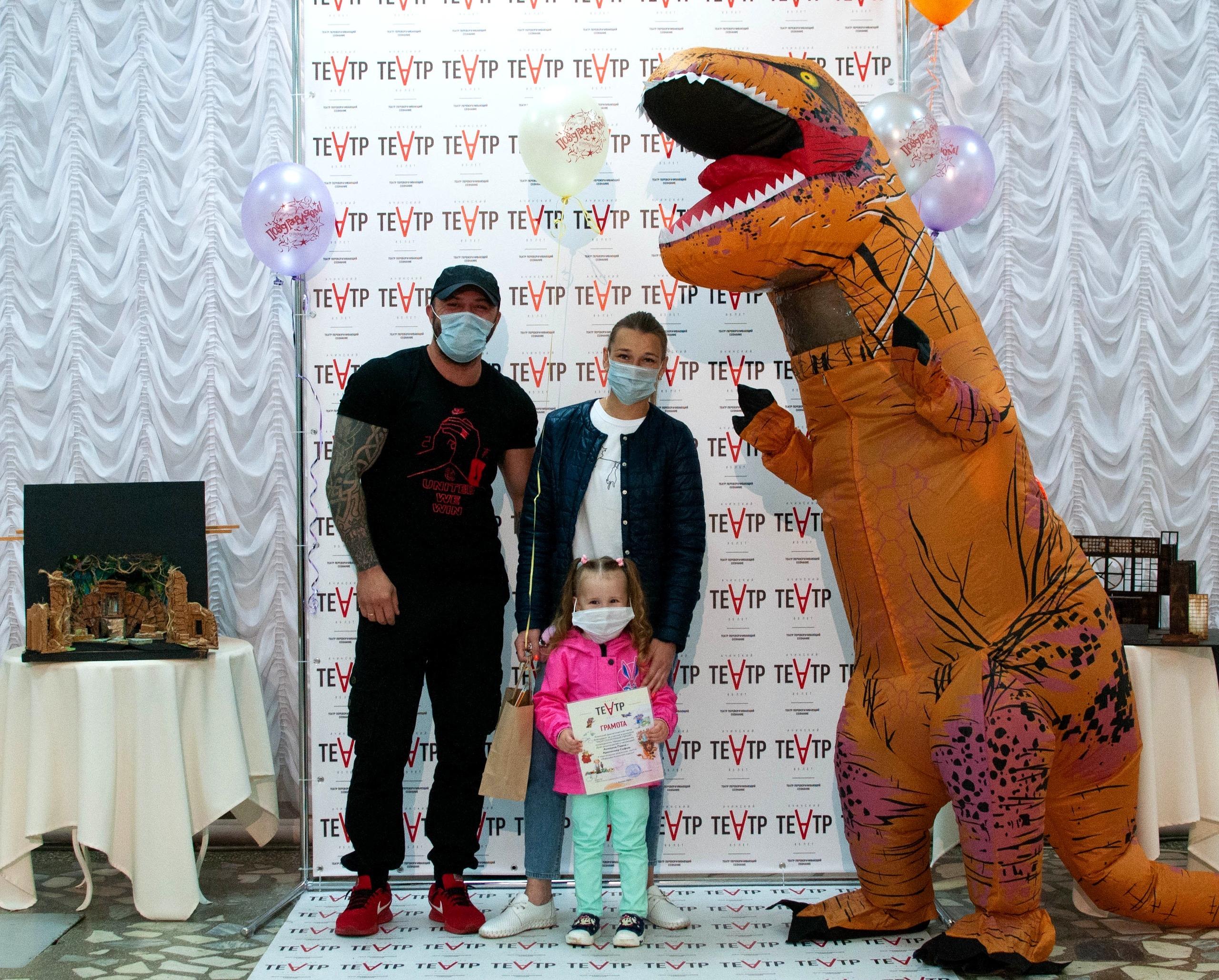 Ачинский драматический театр вручает подарки победителям детского конкурса 3