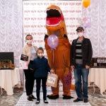 Ачинский драматический театр вручает подарки победителям детского конкурса 4