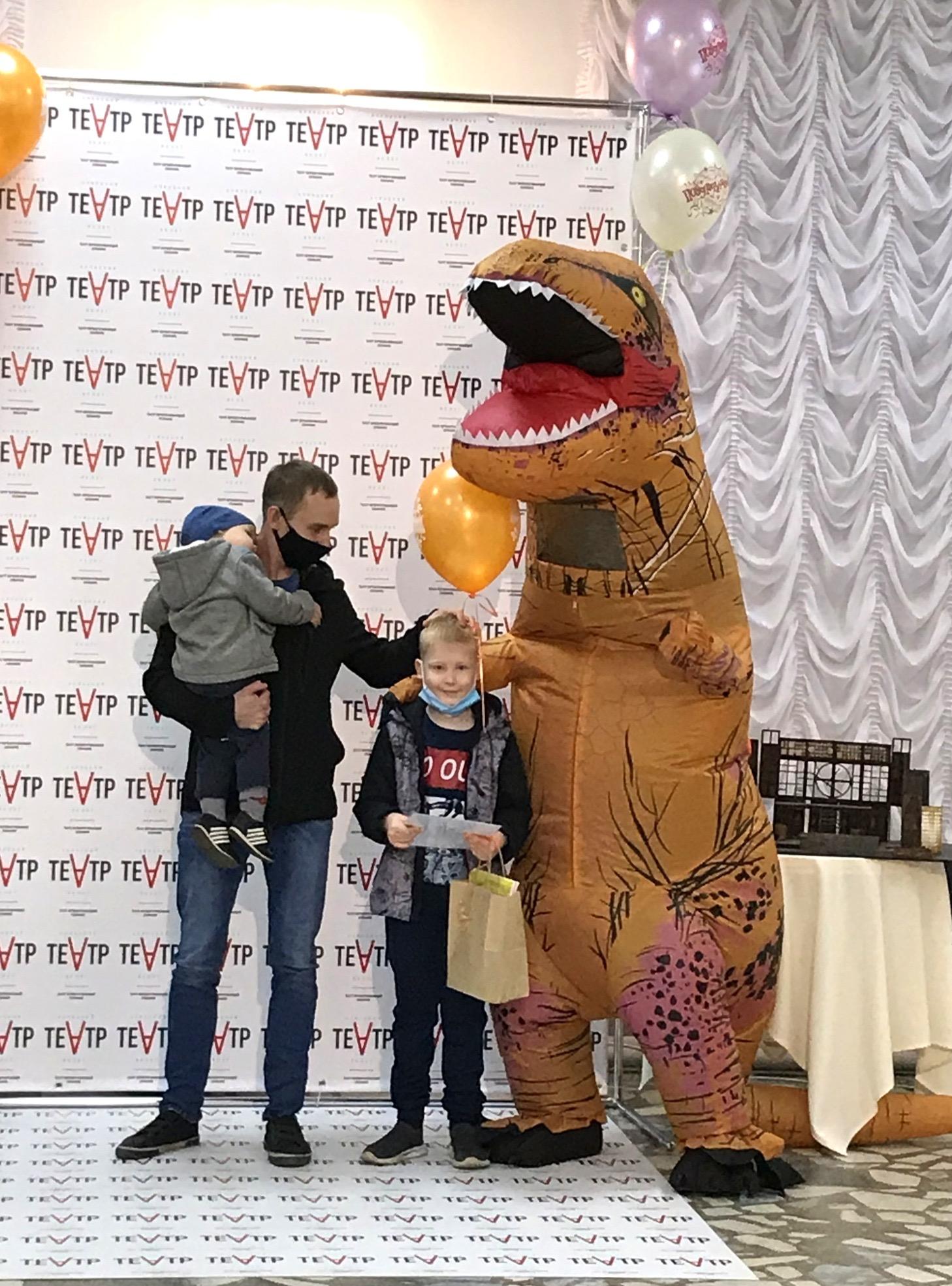 Ачинский драматический театр вручает подарки победителям детского конкурса 5