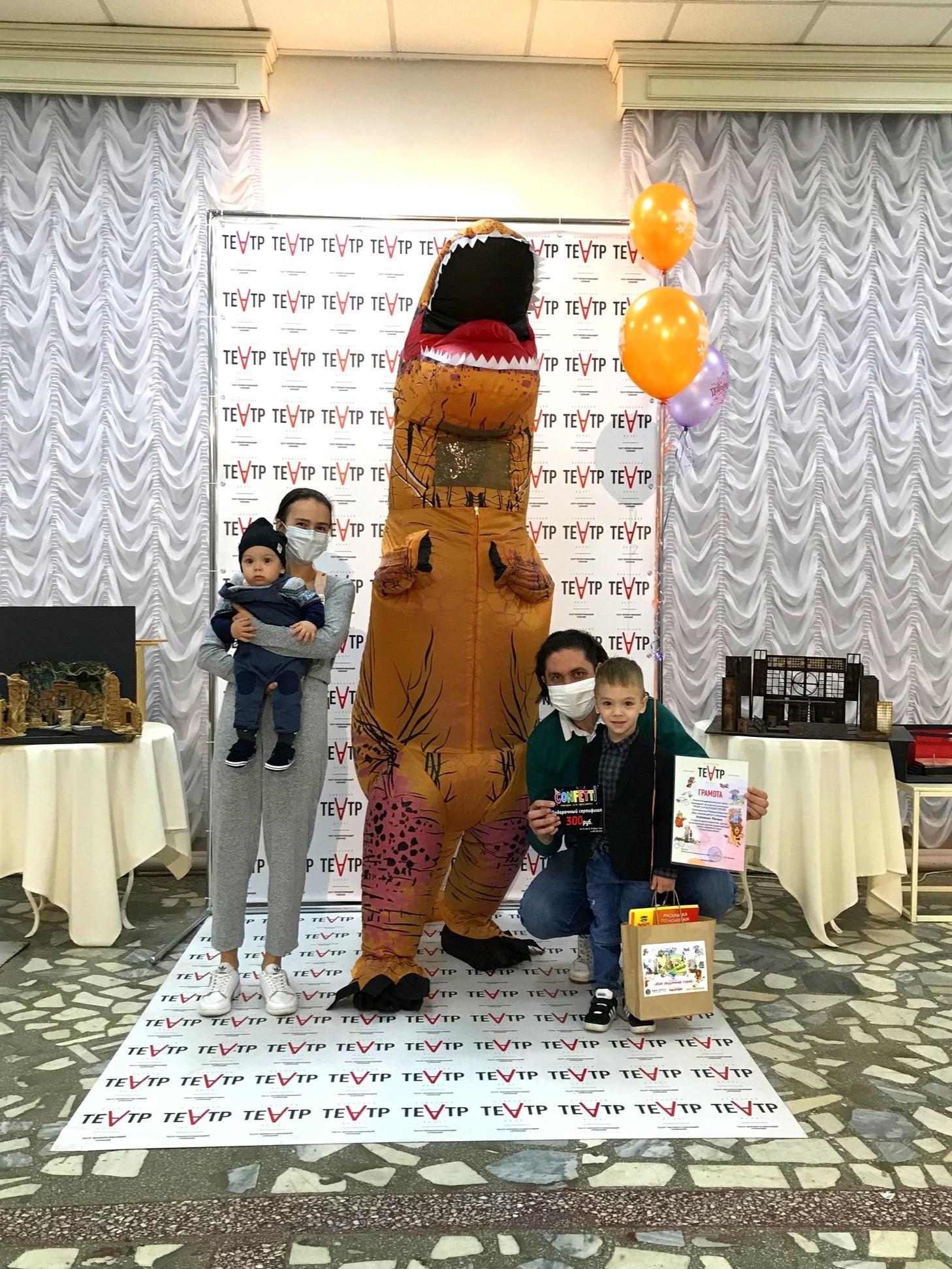 Ачинский драматический театр вручает подарки победителям детского конкурса 6