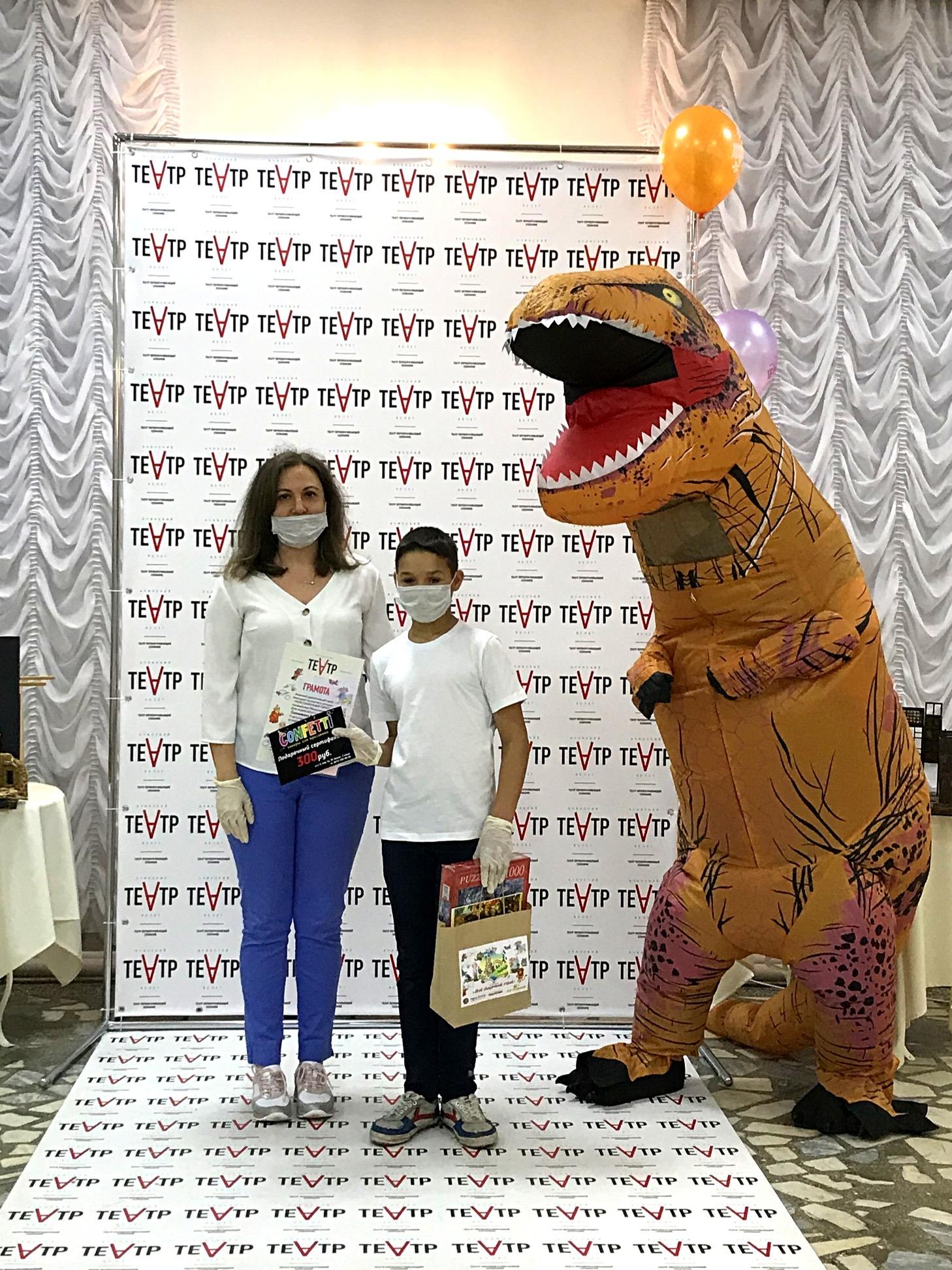 Ачинский драматический театр вручает подарки победителям детского конкурса 8