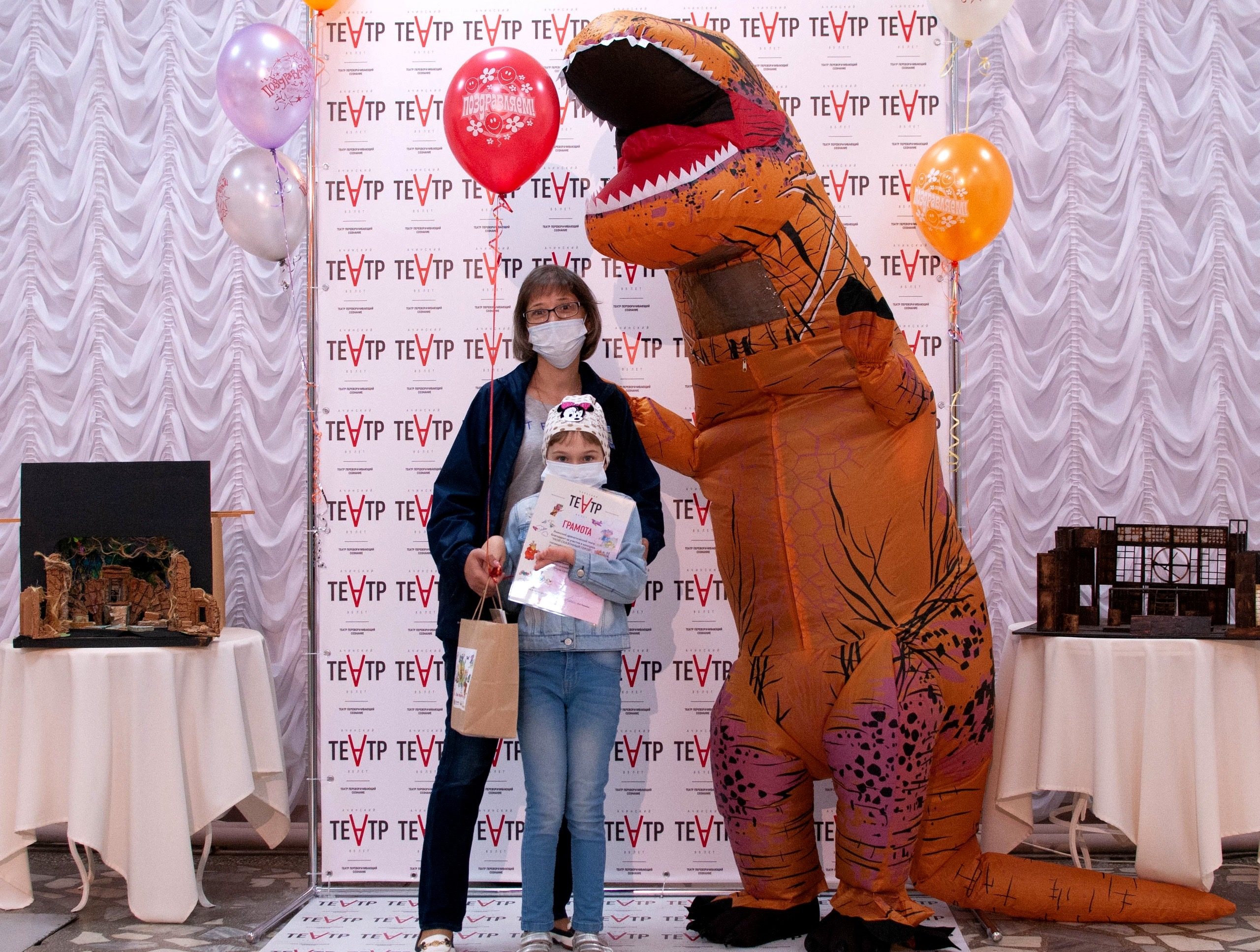 Ачинский драматический театр вручает подарки победителям детского конкурса 9
