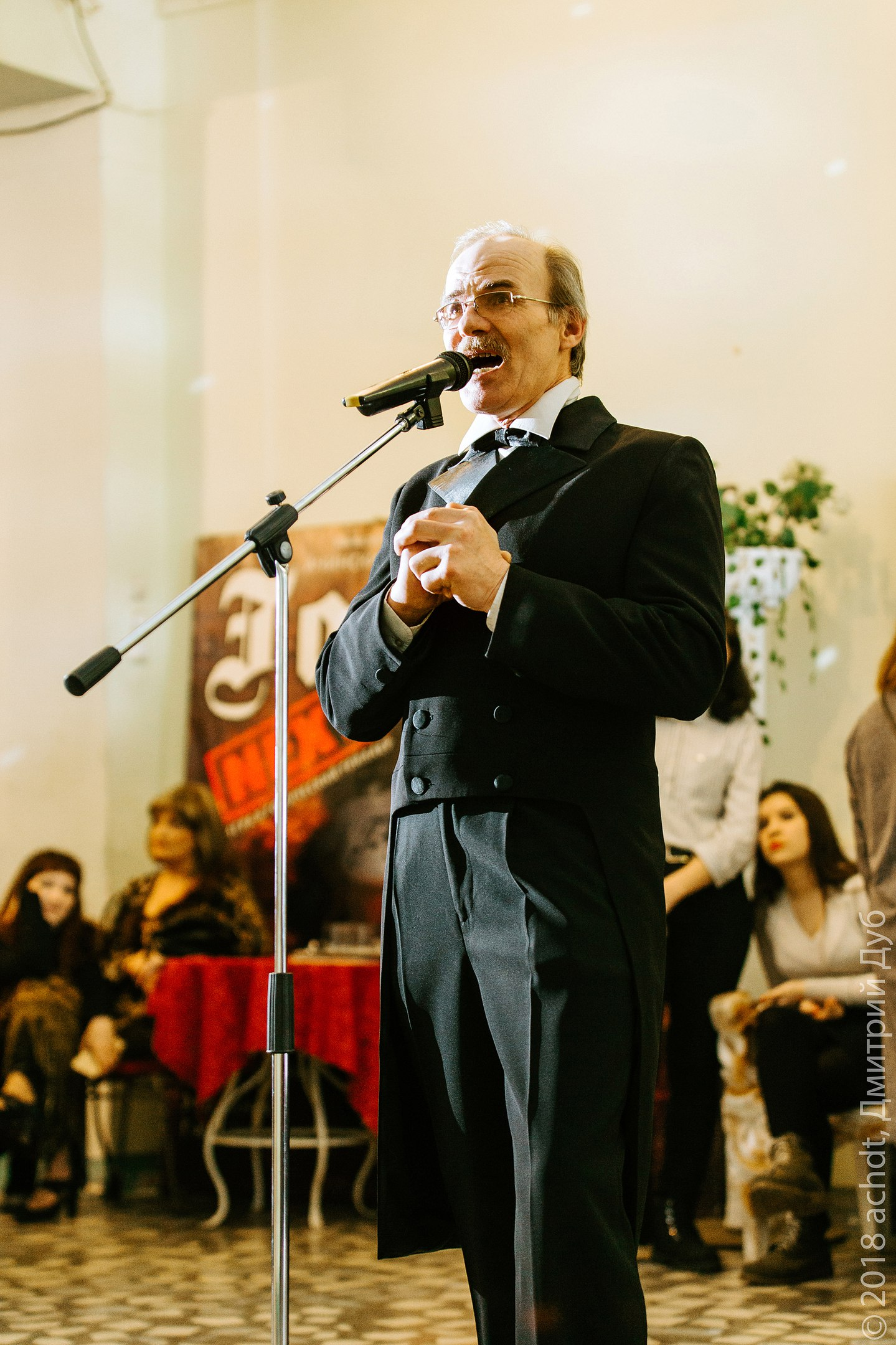 Артист Ачинского театра Сергей Сумин принимает поздравления с днём рождения (1)